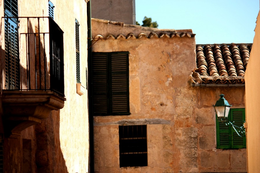 Hausfassade in dem kleinen Dorf Petra