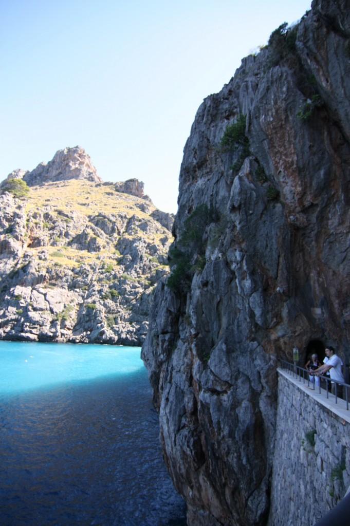 """Am """"Torrent de Pareis"""" mündet ein Fluß ins Mittelmeer. Die Stelle ist ein ganz besonderes Naturschauspiel, nicht nur durch die darumliegende Schlucht, sondern auch durch das türkisblaue Wasser. Durch einen Weg durch die Felswände erreicht man die bekannte Stelle"""