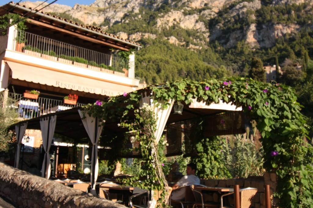 In dem kleinen Dorfcafé kann man stundenlang sitzen, guten Wein trinken und die Atmosphäre genießen