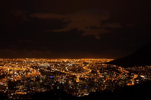 Nach Sonnenuntergang ist Kapstadt ein endloses Lichtermeer