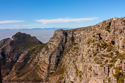 Nach unten ging es dann mit der Seilbahn. Während der Fahrt hat man noch einmal einen tollen Blick auf den Tafelberg