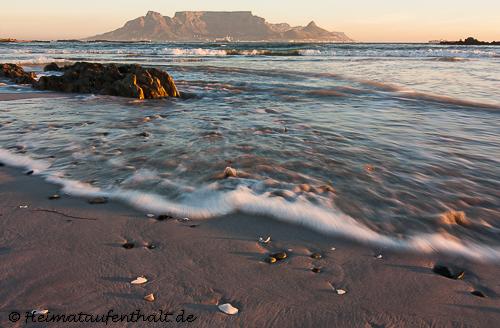 Die letzten Sonnenstrahlen des Tages leuchten den Tafelberg an