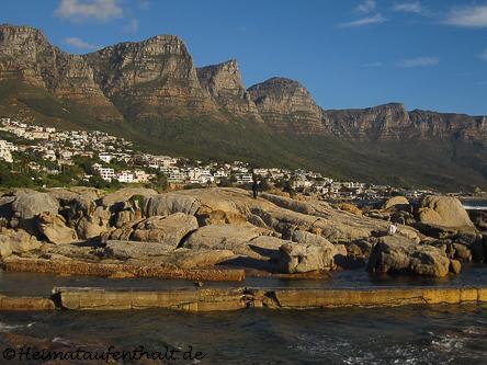 Blick auf Camps Bay mit den Zwölf Apostel, die darüber tronen