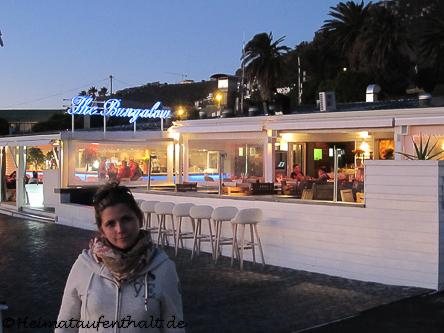 """Am Clifton Beach No.1 kann man entspannt einen Sundowner im Restaurant """"The Bungalow"""" zu sich nehmen..."""