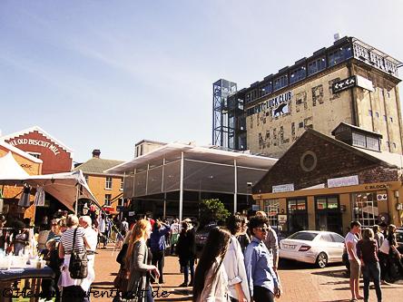 """Neighbourgoods Market im Innenhof des alten Fabrikgebäudes """"Old Biscuit Mill"""""""