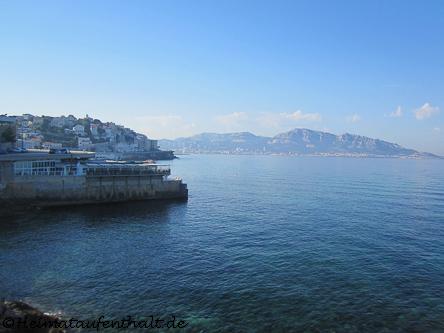"""Von der bekannten Küstenstraße """"Corniche"""" aus kann man den Fußweg auf den Hügel """"La Garde"""" antreten..."""