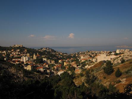 ...da man die ganze Zeit einen tollen Blick auf Marseilles Küste hat