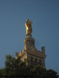 Die über 11 m hohe Marienstatue krönt die Turmspitze der Kirche