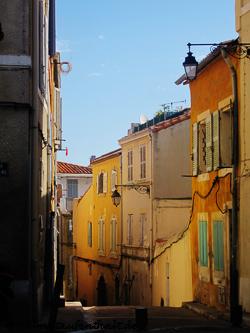 Die bunten Hausfassaden mit den Fensterläden sind typisch französisch