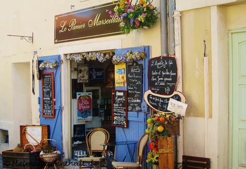 """Das Café """"Le Panier Marseillaise"""" auf dem """"Place pistoles"""" ist ein Kunstwerk für sich. Hier kann man bei einem Glas Wein die gemütliche Atmosphäre des Viertels genießen."""