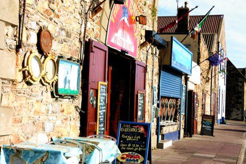 Entlang des Hafens in Howth reiht sich ein kleines Fichrestaurant an das Nächste. Da fällt die Auswahl schwer