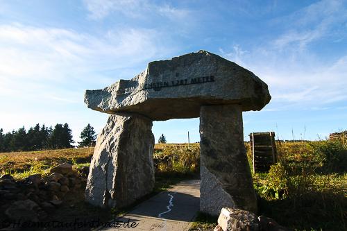 Das Steintor hinter dem Haus der Natur am Parkplatz des Seebucks kennzeichnet den Einstieg auf den Feldberg-Steig