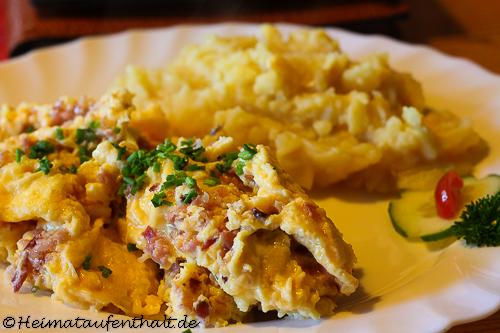 ...dazu gibt es leckere hausgemachte Gerichte wie Speckeier mit Kartoffelsalat