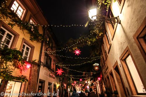 Die weihnachtlich geschmückte Konviktstraße, die schönste Gasse Freiburgs