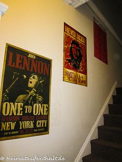 Die Poster im Hausflur weisen auf den einstigen Stammgast des Hostels hin