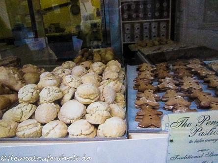 In den Schaufenstern der kleinen Bäckereien entdeckt man viele regionale Köstlichkeiten