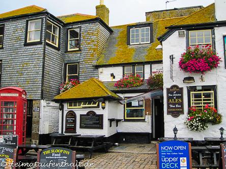 Einer der traditionellen Pubs an der Hafenpromenade