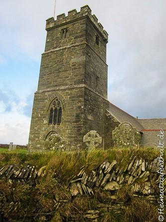 Vorbei an der mittelalterlichen Parish Church, die auf den Klippen über dem Meer thront
