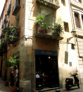 Fast übersieht man die kleine Bar, die eigentlich direkt im touristischen Zentrum liegt und trotzdem alles andere als touristisch ist